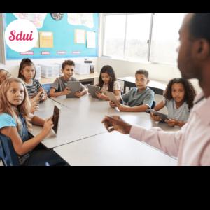 Schulkinder mit Tablets